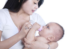 Bambino d'alimentazione della madre del primo piano - isolato Immagini Stock