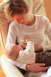 Bambino d'allattamento al seno della madre fotografia stock libera da diritti