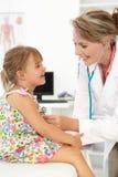 Bambino d'esame del medico femminile immagini stock
