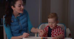 Bambino d'istruzione del genitore da contare con le dita ed i pastelli di colore stock footage