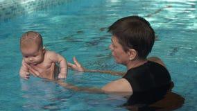 Bambino d'istruzione della donna da nuotare archivi video