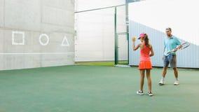 Bambino d'istruzione della vettura o dell'istruttore come giocar a tennise uso la parete per prepararsi archivi video