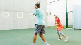 Bambino d'istruzione della vettura o dell'istruttore come giocar a tennise uso la parete per prepararsi stock footage
