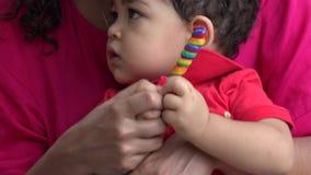 Bambino dai capelli riccio serio archivi video