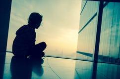 Bambino dalla finestra Fotografia Stock Libera da Diritti