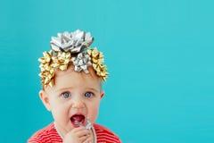 Bambino decorato con un arco fotografie stock