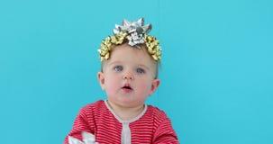 Bambino decorato con un arco come regalo video d archivio