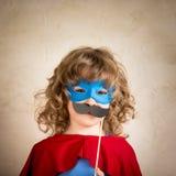 Bambino dei pantaloni a vita bassa del supereroe Fotografie Stock Libere da Diritti