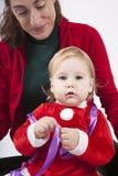 Bambino del Babbo Natale con la madre che esamina macchina fotografica Immagine Stock