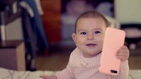 Bambino del baby sitter che usando tenendo il genz in anticipo di concetto di sviluppo della generazione di futuro del telefono archivi video