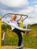 Bambino del bambino divertendosi nel camminatore dell'aria del campo da giuoco Immagine Stock