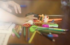 Bambino del raccolto che gioca con le matite Fotografia Stock