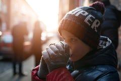 Bambino del ragazzo che beve cacao caldo dalla tazza di carta Immagine Stock Libera da Diritti
