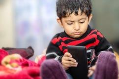 bambino del ragazzo che gioca con il telefono cellulare Immagine Stock Libera da Diritti
