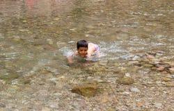 Bambino del ragazzo che gioca nel fiume Fotografie Stock Libere da Diritti