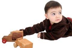 Bambino del ragazzo con le automobili di legno del giocattolo immagine stock libera da diritti