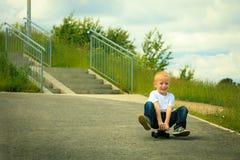 Bambino del ragazzo del pattinatore con il suo pattino Attività esterna Fotografia Stock Libera da Diritti