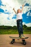 Bambino del ragazzo del pattinatore con il suo pattino Attività esterna Fotografia Stock
