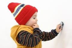 Bambino del ragazzo di inverno che gioca con l'automobile fotografia stock libera da diritti