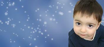Bambino del ragazzo di inverno sulla priorità bassa del fiocco di neve Immagine Stock