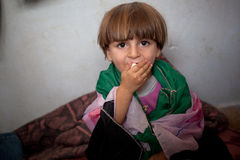 Bambino del rifugiato avvolto in bandiera siriana libera casalinga, Atmeh, Siria. Fotografia Stock Libera da Diritti