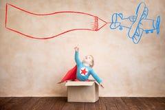 Bambino del supereroe che gioca a casa fotografia stock libera da diritti