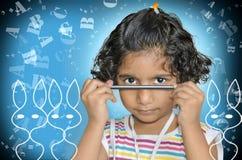 Bambino dell'adolescente con la matita in mani Fotografie Stock Libere da Diritti