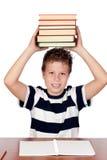 Bambino dell'allievo con molti libri Immagini Stock