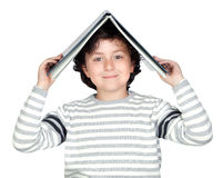 Bambino dell'allievo con un libro sopra la sua testa Immagini Stock