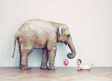 Bambino dell'elefante e dell'essere umano del bambino royalty illustrazione gratis