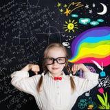 Bambino dell'età scolare sulle arti e sul fondo di scienza immagine stock libera da diritti