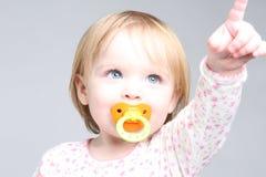 Bambino dell'occhio azzurro che indica in su Fotografia Stock Libera da Diritti