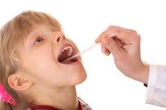 Bambino dell'ossequio del medico per la gola. Immagine Stock Libera da Diritti