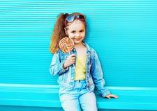 Bambino della bambina di modo con la lecca-lecca dolce del caramello fotografie stock