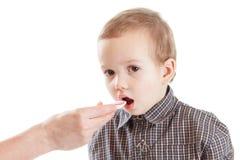 Bambino della medicina del cucchiaio dello sciroppo del bambino, malattia fotografie stock libere da diritti