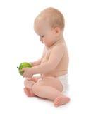 Bambino della neonata del bambino che si siede mangiando mela verde Fotografia Stock