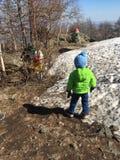 Bambino della neve della molla di inverno fotografie stock libere da diritti