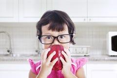 Bambino della nullità nella cucina Fotografie Stock
