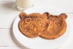 Bambino della prima colazione latte ed uova rimescolate Prima colazione sana fotografie stock libere da diritti