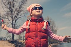 Bambino della ragazza che cammina all'aperto fotografia stock