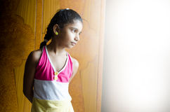 Bambino della ragazza che guarda fuori della finestra o della porta Fotografie Stock