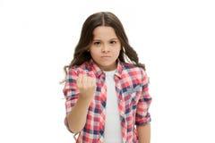 Bambino della ragazza che minaccia per il pugno isolato su bianco Carattere di forte personalità Minacci per l'attacco fisico Bam fotografie stock