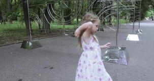 Bambino della ragazza che scala sul recinto stock footage
