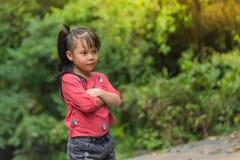 Bambino della ragazza dell'Asia in braccio rosso del ` s dell'incrocio uno della maglietta Fotografia Stock