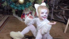 Bambino della ragazza nell'immagine dei gatti archivi video