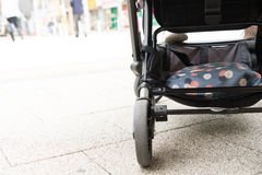 bambino dentro sicurezza turistica di spinta di viaggio della sedia del passeggiatore fotografia stock libera da diritti