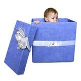 Bambino dentro un contenitore di regalo isolato su un fondo bianco Immagini Stock Libere da Diritti