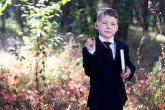 Bambino di affari sulla natura con un taccuino Immagine Stock Libera da Diritti