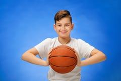 Bambino di 11 anni adorabile del ragazzo con la palla di pallacanestro Immagini Stock Libere da Diritti
