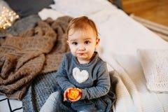 Bambino di 1 anno sorpreso della neonata il ` s del bambino osserva allargato e bocca aperto nella stupefazione Ragazza sveglia d fotografia stock libera da diritti